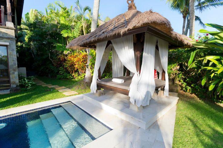 Dieses tropische Themen Pavillon sitzt am Pool und dient als eine entspannte Rücken Entspannung vor Ort. Auch wenn die Form rechteckig ist, kann das Dach noch interessante und ansprechende Gestaltung haben.