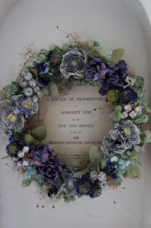 Couronne de fleurs bleues séchées