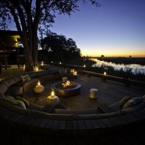 La #noche llega a #Botsuana. Los libros que has atraído para tus #vacaciones, pueden esperar. La naturaleza que rodea este #Safari es todo el espectáculo que quieres vivir ahora. @wearewilderness  #LuxuryTrips#jaoreserve#okavangodelta#luxurysafari#BotswanaSafari#africa#Hotel #lujo  Loff.it/Viajar