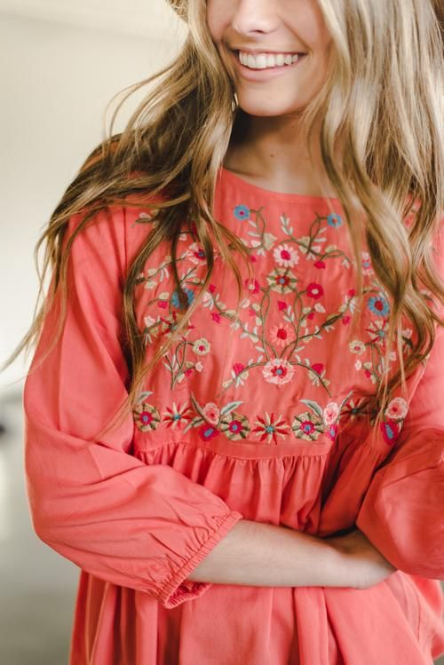 THE JUNIPER EMBROIDERED TOP IN CORAL