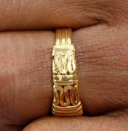 """http://www.pinterest.com/pin/7248049374320113/ High-resolution photo of Barack Obama's wedding ring shows no traces of an Arabic inscription, let alone the phrase 'No God but Allah.' Contrary to what has been claimed in various online sources, President Obama's gold wedding ring does not feature the Muslim saying """"No God but Allah"""" in Arabic script. It bears no visible inscription at all, only an abstract design."""