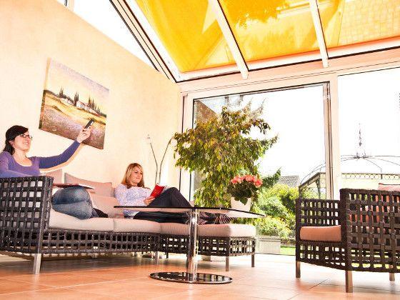 Extreme Hitze im Wintergarten? Muss nicht sein! Am effektivsten wird der Wintergarten mit einem außen liegenden Sonnenschutz - wie hier einer Wintergartenmarkise - vor Überhitzung geschützt. Eine automatische Steuerung sorgt für das richtige Timing