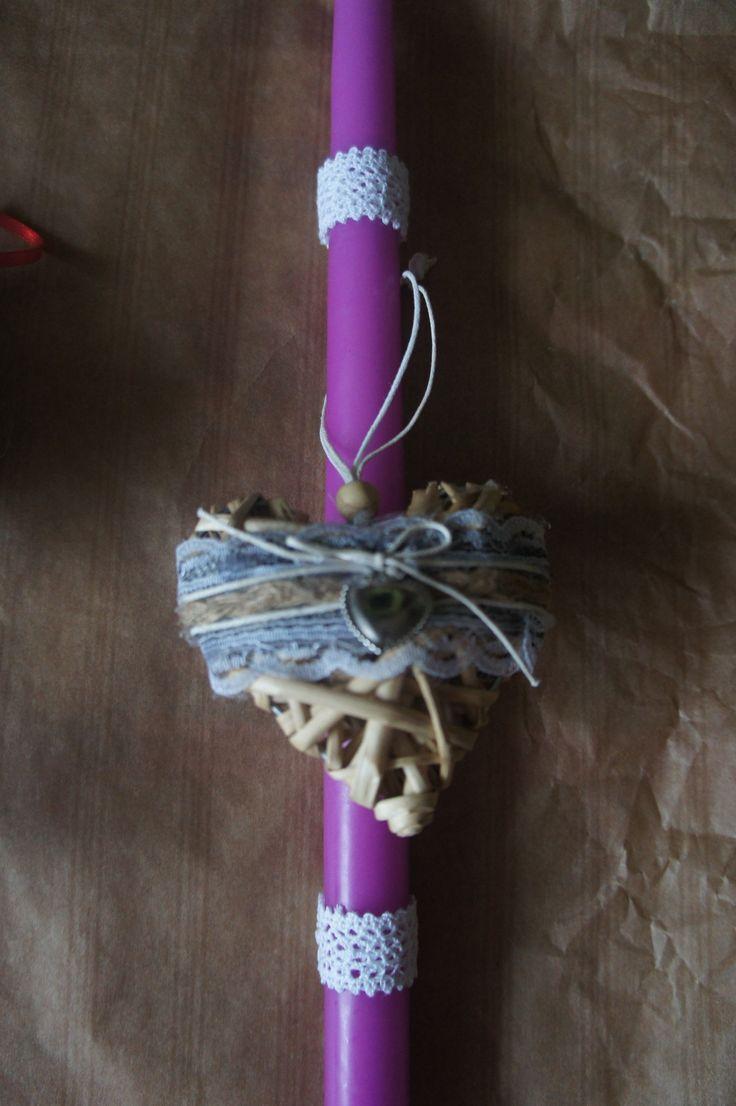 Λαμπάδα μωβ με καρδιά φτιαγμένη με υλικά γήινα(ξύλο) και λεπτομέρειες από δαντέλα.
