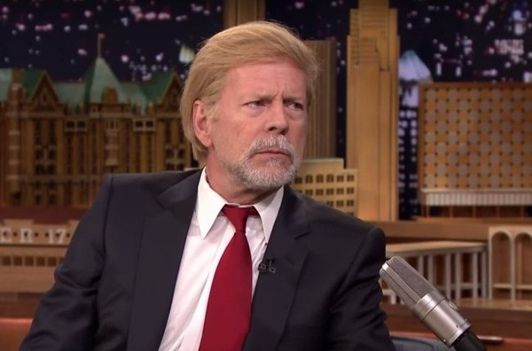 Bruce Willis ose la perruque Donald Trump chez Jimmy Fallon