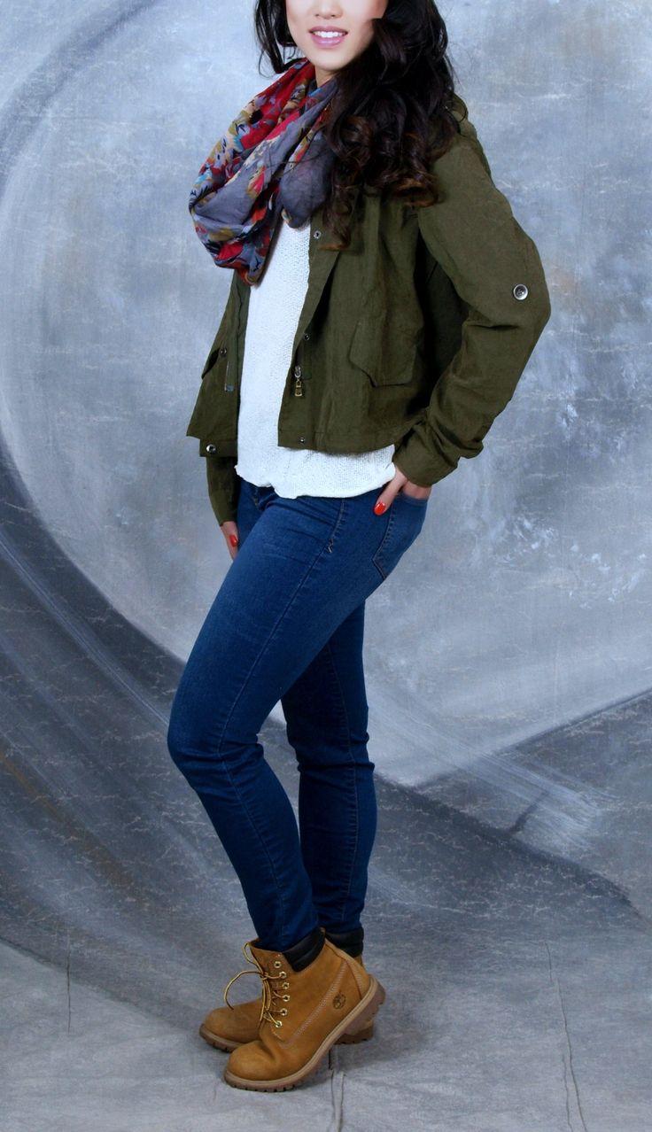 La combinación de un jean azul y una chaqueta verde militar siempre es la perfecta. Te saca de apuros y sabes que te veras increíble. Un toque de blanco para resaltar. Perfecto a mi gusto