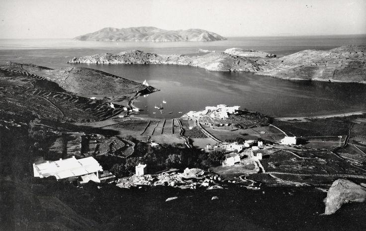 Ίος - Μια φωτογραφία που αναδεικνύει το εξαιρετικό φυσικό λιμάνι του νησιού. Στην είσοδο ξεχωρίζει το εκκλησάκι της Αγίας Ειρήνης. Στο βάθος η Σίκινος.