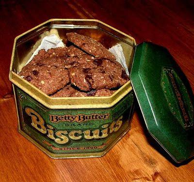 Csokis-zabpelyhes keksz Hozzávalók:  · 20 dkg liszt · 1 marék zabpehely · 1…