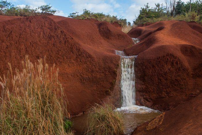 Klein watervalletje op Maui (Hawaï). Het water vormde een weg door het rode zandsteen.