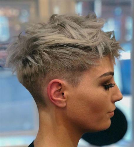 Sommer ist die Jahreszeit für kurze Haare . Wenn es draußen heiß und feucht ist, möchten Sie sich nicht von schweren, langen Schichten belasten lassen. Wenn Sie darüber nachdenken, Ihre Haare zu schneiden, ist Sommer die perfekte Jahreszeit für solch eine drastische Frisur Transformation. Willkommen in diesem Sommer mit einem dieser hellen und federnden Kurzhaarschnitte …