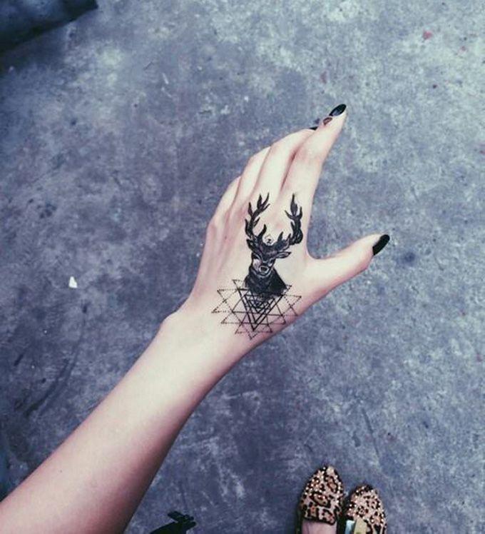 Tatuagens de cervos são amadas por pessoas, pois elas têm significados simbólicos realizados pelo animal suave e humilde. Confira!