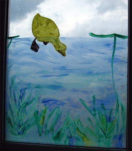 Raamversiering: eendje duikt onder water