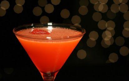 Aperitivo analcolico - Oggi vi presentiamo la ricetta di un aperitivo analcolico da preparare in casa, un cocktail analcolico a base di succo di arance, sciroppo di fragole, frutta fresca e acqua frizzante.