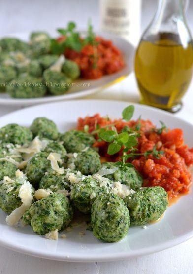 Kluski szpinakowe z sosem pomidorowym
