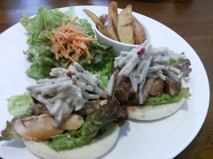 チキンと牛蒡のサラダのマフィンサンド