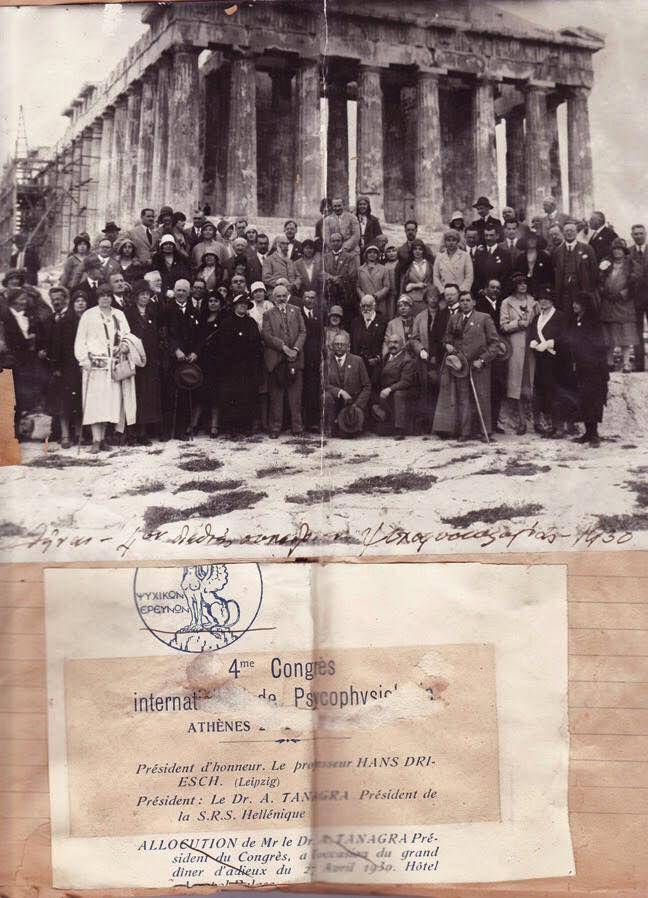 Η εταιρία ψυχικών ερευνών στην Ακρόπολη 27/4/1930. Γεννημένος το 1877 στην Αθήνα, ο Άγγελος Τανάγρας (λογοτεχνικό ψευδώνυμο του Άγγελου Ευαγγελίδη) πραγματοποίησε σπουδές Ιατρικής σε Ελλάδα και Γερμανία, ενώ άφησε πίσω του μια πλούσια καριέρα στο Πολεμικό Ναυτικό από όπου αποστρατεύθηκε με το βαθμό του Γενικού Αρχιάτρου.