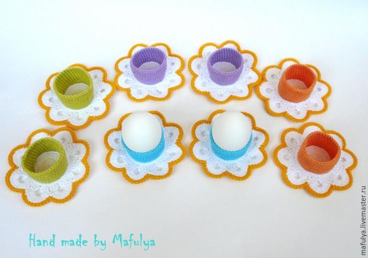 Для украшения пасхального стола предлагаю связать декоративные подставки для яиц. Подставки универсальные — подойдут для яиц любого размера. Для этого нам понадобятся: - пряжа Jeans (55% хлопок 45% полиакрил), 50 гр./160 м; - крючок № 2,25. Вы можете использовать любые цвета на ваш вкус. Основание — белый цвет.1 ряд — в кольцо амигуруми связать 14 ссн;2 ряд — …