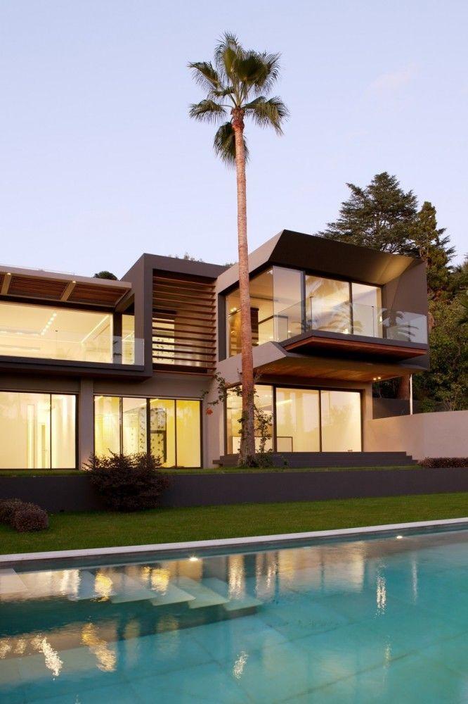 Fachada de vidro. Todas as paredes que dão para a frente são de vidro. Villa C / Studio Guilhem