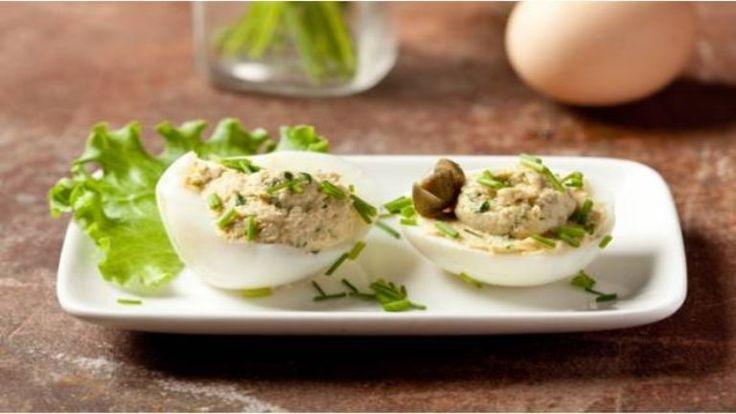 Jönnek a rokonok húsvétra, vagy csak szeretnétek kicsit feldobni a tojásoktól roskadozó ünnepi asztalt? A kaszinótojást mindenki ismeri, mi most egy Olaszországban kedvelt verziója, a tonhalkrémmel töltött kaszinótojás receptjét mutatjuk meg.