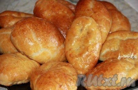 """Пирожки """"Как пух"""".....3 стакана муки;  1 стакан кефира; 100 мл растительного масла; 11 г сухих дрожжей; 1 ст. л. сахара; 1 ч. л. соли; 1 яичный желток для смазки; начинка на ваш вкус."""