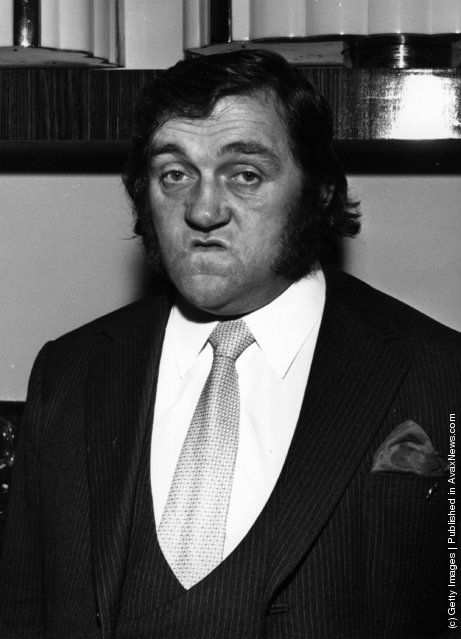 1973: Les Dawson, the British comedian, wearing one of his customary 'happy' faces
