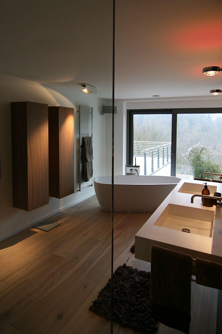 Bad mit Fliesen Holzoptik - freistehende Badewanne