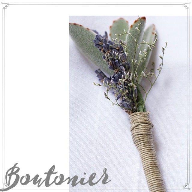 El Boutonier es una pieza infaltable en la vestimenta del novio su padre y padrinos. Indica quienes son los invitados más importantes de la ceremonia y les da un toque de romanticismo. En Otoño & Lavanda diseñamos los más lindos Bouquets y Boutonnieres para tu boda! #OtoñoyLavanda #weddingplanner #weddingsdecorations #Decoración #Lavanda #lavender #boutonniere #boutonier