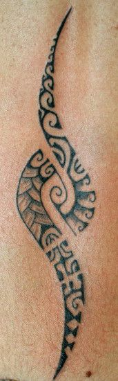 motif-tattoo-polynesien-pour-femme-files-lignes-symboles-sur-colonne-women-spine-tattoo #polynesian #tattoo
