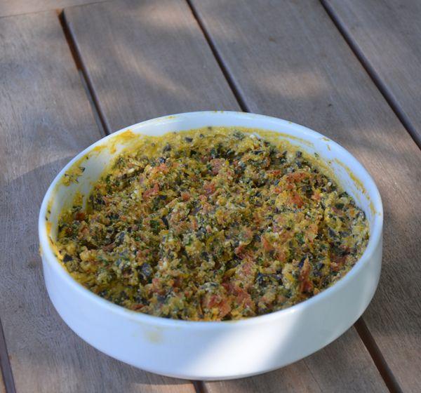 Heb je dit jaar tomaten gedroogd? Dan is deze tapenade een heerlijk gerechtje. Het is wel wat veel. Maak het daarom voor een verjaardag of feestje of halveer de hoeveelheden van de ingrediënten gebruikt in het recept. Weet je niet hoe je pompoenpuree moet maken? Volg de instructies in dit recept.