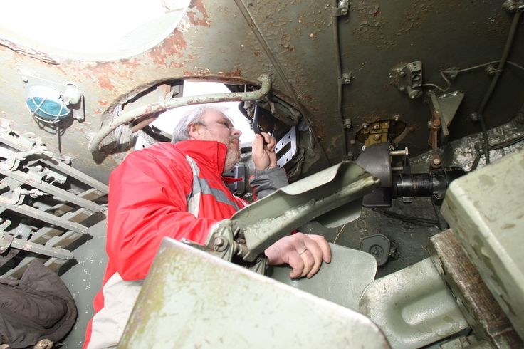 Командир располагался выше всех, подсамым люком. Он, как инаводчик, оценивал боевую обстановку через перископ.