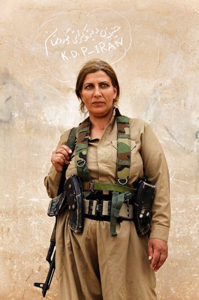 Combattants peshmerga kurdes: les femmes en première ligne - en images. Les combattants peshmerga kurdes sont en entraînement depuis de nombreuses années. Ici, Maryam Ashrafi photographie les femmes qui apprennent à utiliser des armes à feu et à s'entraîner dans diverses parties du Kurdistan. Les Kurdes de Syrie et d'Irak sont devenus un point focal majeur dans la guerre contre Isis. | Portrait d'une femme kurde Peshmerga à l'intérieur du camp du Kurdistan, Parti démocratique d'Iran.