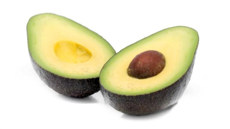 Abacate  Com valor calórico relativamente baixo, o abacate ajuda a diminuir o colesterol, estimula a formação de colágeno e é ótimo para a pele devido ao alto teor de vitamina D. Também contribui para a absorção de cálcio e fósforo.