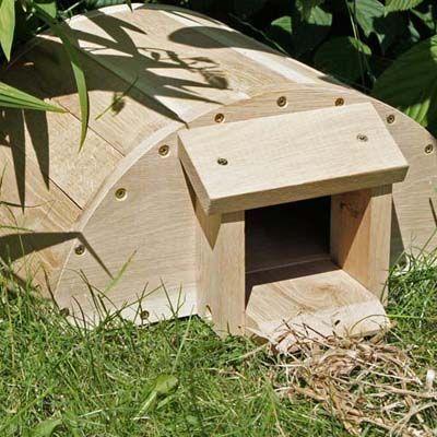 Met dit stevige, massief houten egelhuis biedt u de egels in uw tuin een veilig onderkomen. Ze zijn beschermd tegen honden, katten, vossen en dassen. Het zware hout voorkomt dat het huis omgegooid kan worden. Het dak is dubbelwandig en beschermd tegen de weersinvloeden van buitenaf. De verhoogde vloer houdt het vocht uit het hout. De smalle entree is geschikt voor de egel, maar houdt andere dieren buiten. Geschikt voor de winterslaap, fok en in de zomer een onderdak.