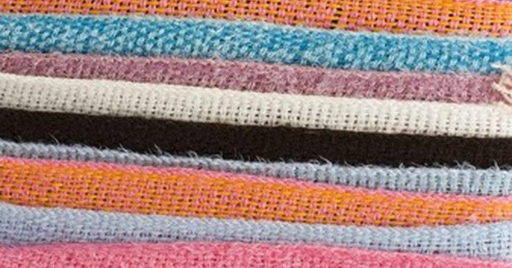 Como fazer franjas nas bordas de um tecido?. Quando você deseja fazer franjas nas bordas de um tecido, tudo o que há a fazer é desmanchá-lo, simples assim. O processo consiste em puxar fios, um a um, a partir da trama do tecido, em uma direção, para que os fios restantes fiquem soltos. Lã, linho e outros tecidos de fios entrelaçados funcionam melhor para a criação de franjas. Para determinar ...