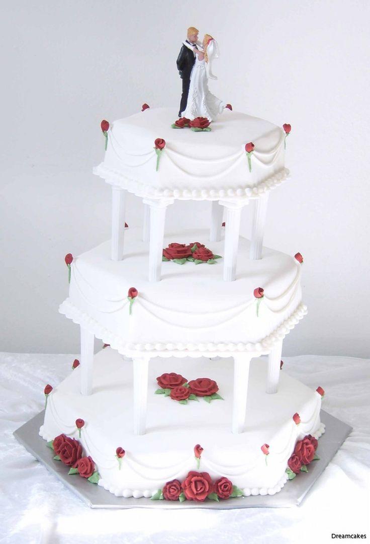Hexagonal tårta med vinröda, spritsade rosor kröns med brudpar och stringwork. #bröllopstårta #våningstårta #spritsaderosor #vinrödarosor