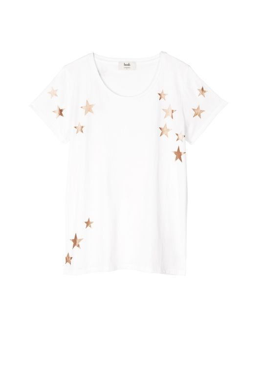 Make metallics casual with this laid back tee. Wear with denim for a carefree, easy-to-wear look. Featuring a scooped neck, cap sleeves and foil print.