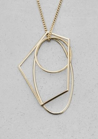 Geometrically shaped pendants makes this necklace a sophisticated accessory.