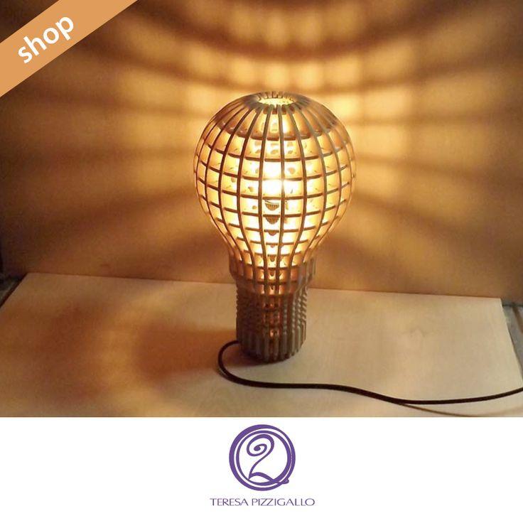 Bulb lamp-lampada Lampada realizzata in compensato tagliato al laser che ricorda una lampadina. Crea una luce calda grazie alla sua particolare forma e al materiale utilizzato. Può essere appesa al soffitto oppure appoggiato su un fianco a seconda degli spazi.  CLICCA SUL LINK >>> http://www.teresapizzigalloshop.it/home/275-bulb-lamp-lampada.html