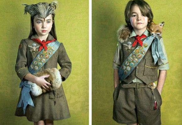 米イリノイ州シカゴを拠点として活動しているフォトグラファーのトッド・バクスター氏は、動物に寄り添う形で存在する幻想的なボーイスカウト・ガールスカウトの子どもたちの姿を描いた作品を発表した。名づけて「オウル・スカウト」。フクロウ的な少年少女のファンタジー