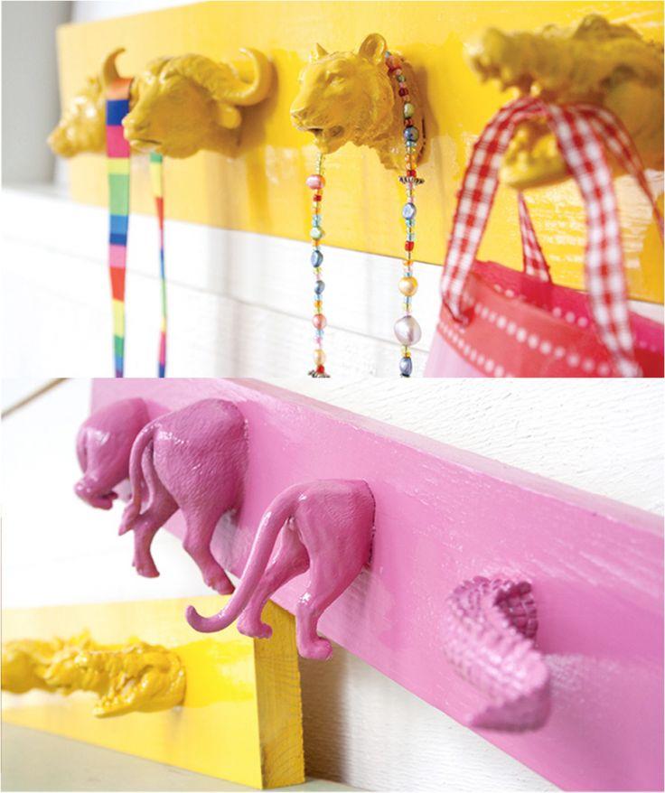 DIY porte manteaux ou porte bijoux en forme d'animaux : découpez les figurines, collez la moitié sur une planche en bois, peignez le tout. Pour les accessoires des enfants ou pour customiser une salle-de-bains ! #patère #chambre #enfant