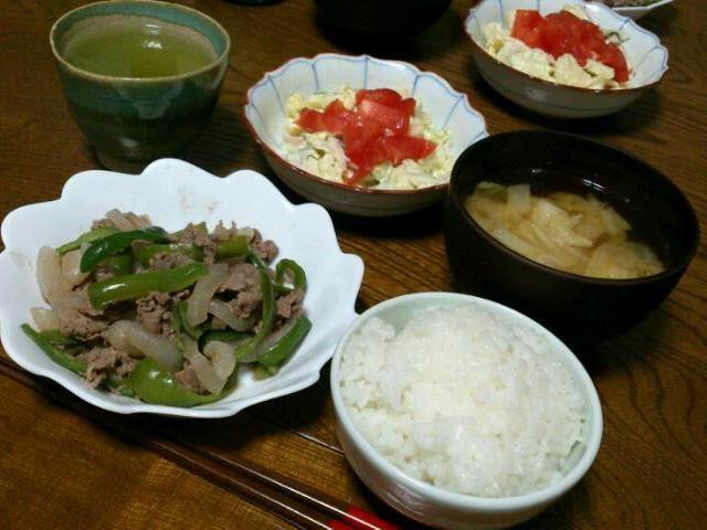 今日は牛肉。 なんだか昨日と色が同じだf(^_^; - 51件のもぐもぐ - ピーマンと牛肉の炒め物&ポテサラ&キャベツの味噌汁 by sakachinmama