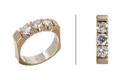 RING  Hvitt gull. 14 K. Fattet med tre brillianter på til sammen 1,05 ct. Totalvekt: 6,5 g. Antatt kvalitet: Wesselton SI VS SI STØRRELSE 52,5