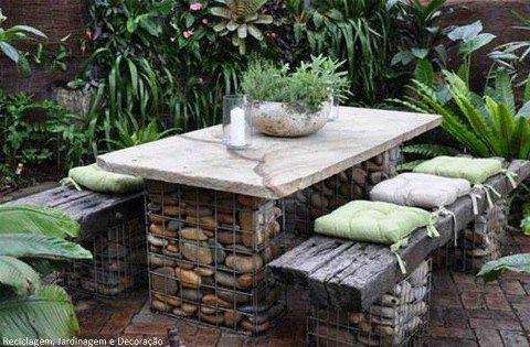 Mesa y bancos con piedras y tela fregadero estructura. Mesa de piedra pulida y asiento de madera.