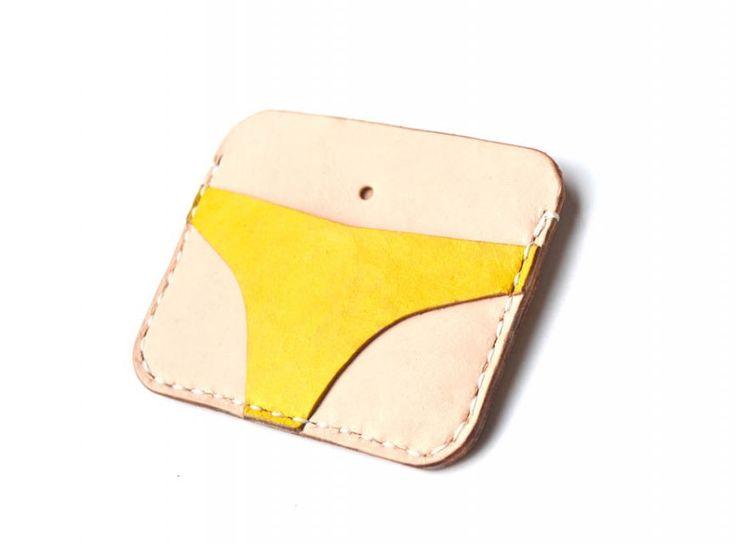 material vegetable tanned, pewarnaan manual, teknik jahit tangan, 4-6 kartu dan uang. sangat simple, hanya berukuran 8x10cm. menarik perhatian saat dikeluarkan dari saku. sebagai pengganti dompet konvensional.