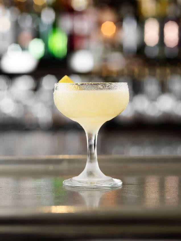 Sidecar är en klassisk drink som funnits sedan början av 1900-talet. Denna cocktail av citronjuice, apelsinlikör och konjak är enkel att blanda - se här!