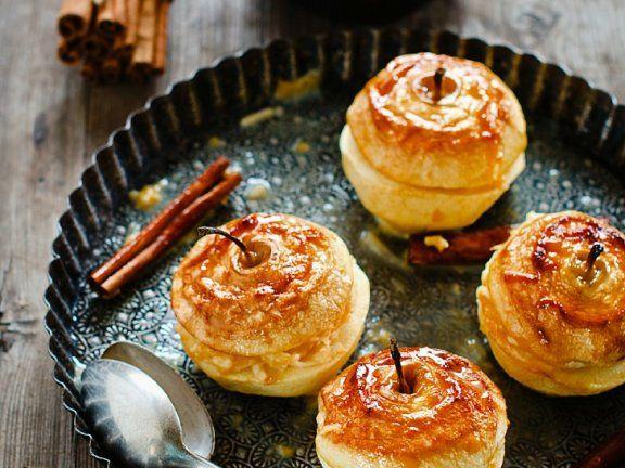 Bratapfel mit Karamell-Sahne-Füllung und Rum-Rosinen   http://eatsmarter.de/rezepte/bratapfel-14