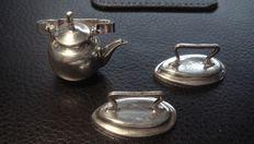 Zilveren miniatuur ketel en twee strijkijzers, H. Hooijkaas, Nederland, Schoonhoven, 1943-1946