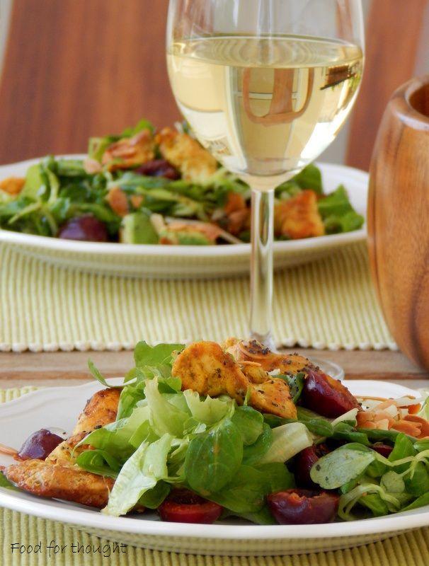 Πράσινη σαλάτα με κοτόπουλο, κεράσια, αμύγδαλα και γραβιέρα.  http://laxtaristessyntages.blogspot.gr/2015/06/prasini-salata-me-kotopoulo-kerasia-amygdala-kai-graviera.html