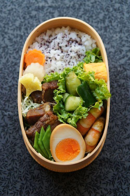 ・煮豚 煮卵 ・ピリ辛たたききゅうり ・卵焼き(鶏そぼろ入り) ・エビのバジルソースソテー ・大根と人参の煮物 ・さつま芋の甘煮 obento