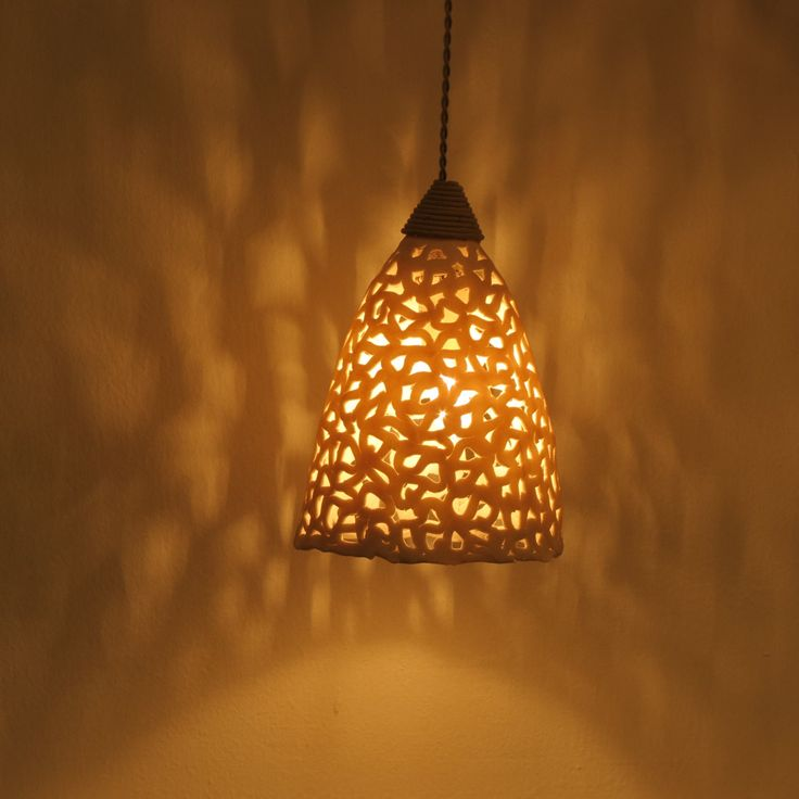 Questo apparecchio di illuminazione in ceramica è fatto a mano di bianco porcellanato. Io uso una tecnica di lavoro a maglia largilla che crea fori per consentire alla luce di penetrare. Questo crea bellissimi disegni di ombre sulle pareti e soffitto. Le sfumature appendere a varie altezze. Questo lampadario unico può essere appeso sopra il tavolo della sala da pranzo o in qualsiasi altra stanza.  È possibile avere tonalità di lampada come molti come si desidera e creare il tuo lampadario…