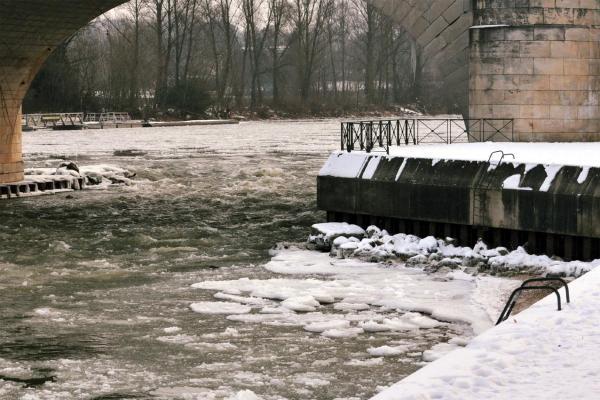 Février 2012, en Touraine la Loire charrie des blocs de glace - Vidéo NR